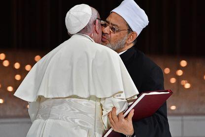 L'accolade entre le Pape et l'imam d'Al Azhar
