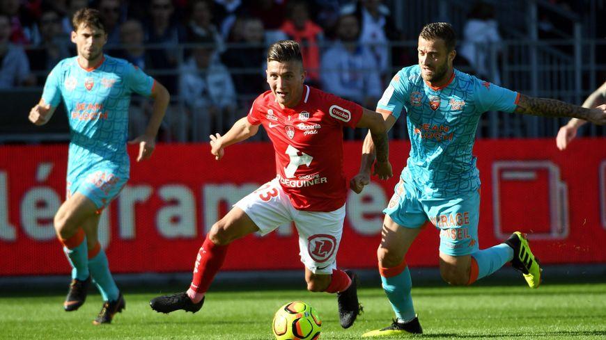 Le Brestois Mathias Autret face aux Lorientais Vincent Le Goff (à gauche) et Joris Sainati