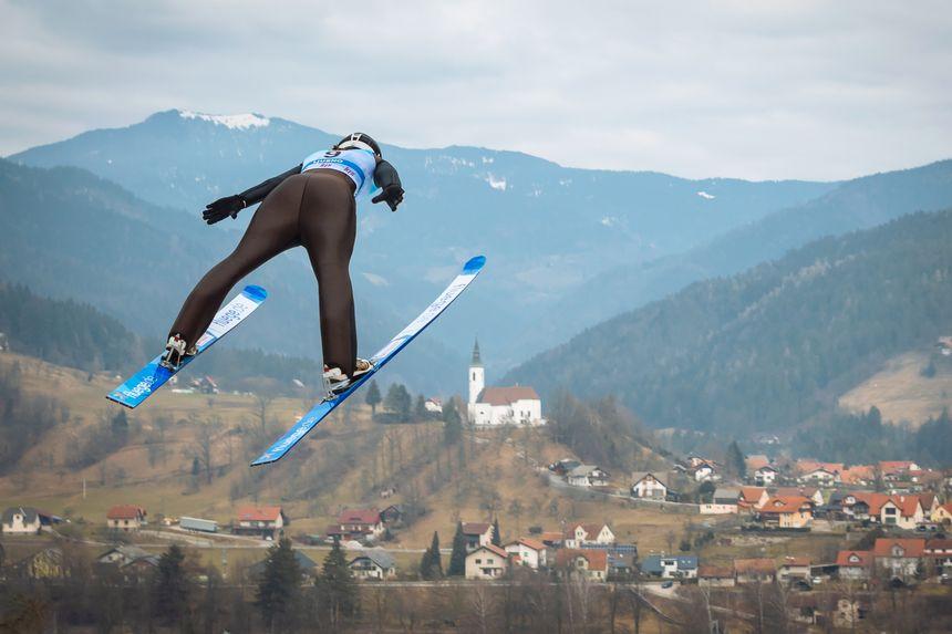 Josephine Pagnier en plein saut en Slovénie le 8 février 2019.