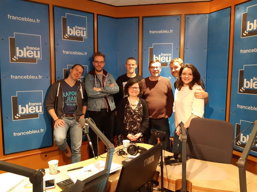 Photo souvenir des trois auditeurs entourés de l'équipe de France Bleu Besançon.