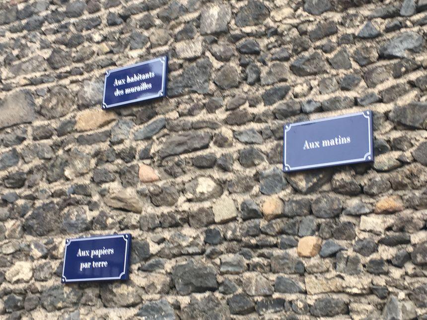 Le mur où des phrases simples sont affichées