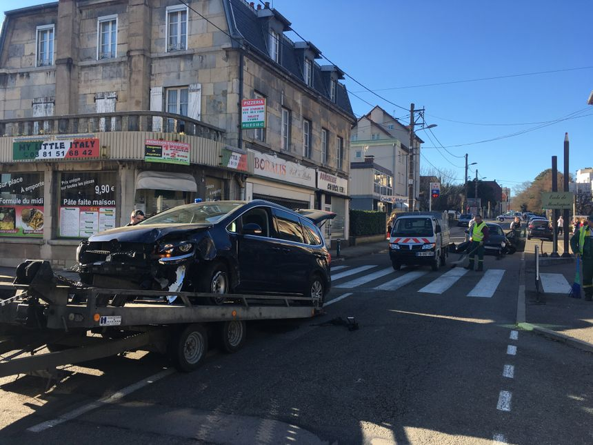 La voiture de Gendarmerie remorquée par un camion de la caserne.