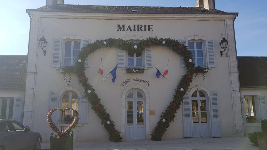 La mairie de Saint-Valentin spécialement décorée pour la fête des amoureux.