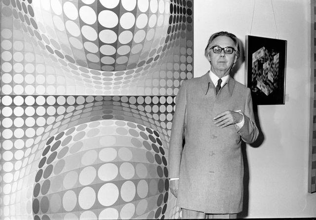 Victor Vasarely devant l'une de ses toiles, circa 1978 à New York