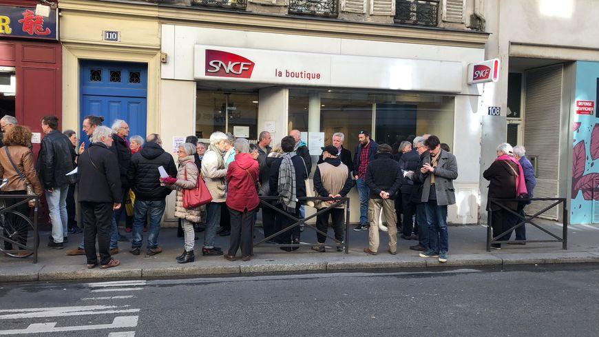 Ils étaient 50 réunis samedi 23 février pour dénoncer la fermeture programmée de la boutique SNCF de Belleville.