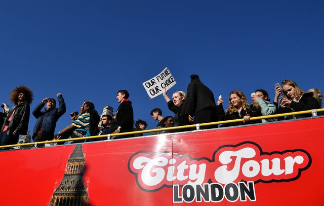 Les jeunes Britanniques au sommet d'un bus touristique, lors d'une manifestation sur le changement climatique organisée par «Youth Strike 4 Climate»