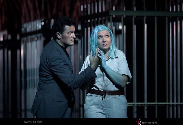 """Derniers instants de Faust (Piotr Beczała) avec Marina Rebeka (Marguerite) déjà en marche vers sa mort - """"Faust"""" de Gounod mis en scène par Àlex Ollé"""