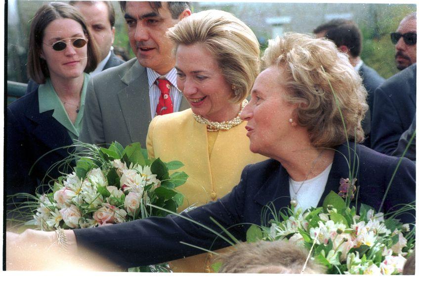 En mai 1998, Bernadette Chirac recevait la First Lady américaine Hillary Clinton en Corrèze. Un grand moment de son histoire avec le département.