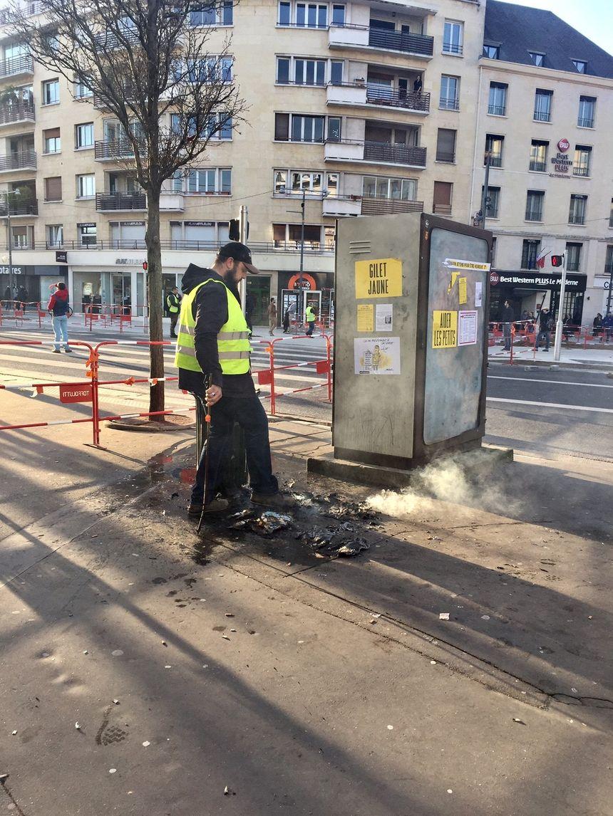 Anthony, un gilet jaune caennais éteint lui-même un feu de poubelle provoqué par de jeunes manifestants rue de Bernières