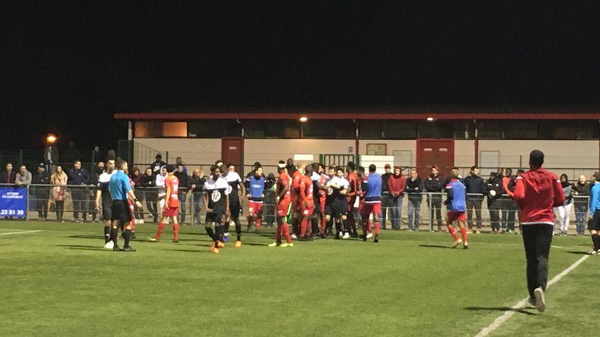 La situation s'est envenimée entre les joueurs au début et à la fin du match