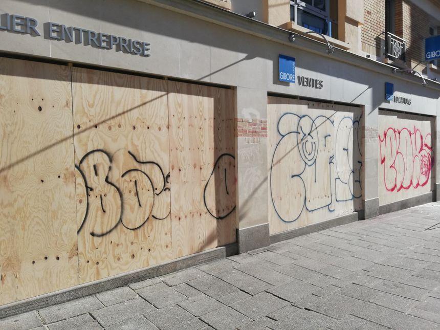Pour l'agence immobilière Giboire, impossible d'afficher les annonces. Toutes les vitrines ont été détruites