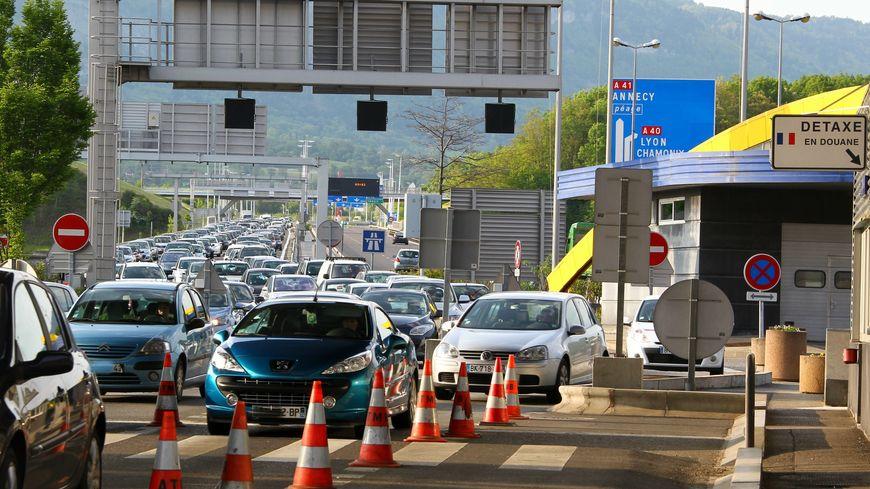 Scène de la vie quotidienne des frontaliers à la douane de Bardonnex aux portes de Genève