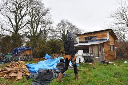 """Une militante répare sa hutte en bois dans la """"zad"""" (zone à défendre) de Notre-Dame-des-Landes, à l'extérieur de Nantes, le 9 janvier 2018."""