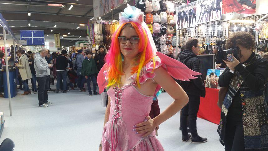 Angelina, 24 ans, est déguisée en licorne et va participer à un concours de Cosplay.