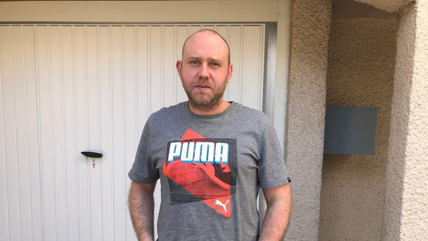 Rémi Deblois, 35 ans, ancien employé d'Amazon, conteste son licenciement pour faute grave