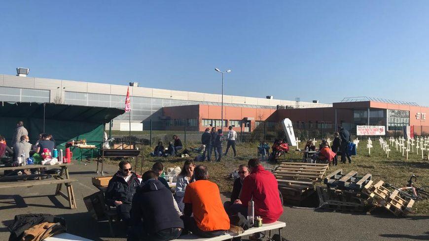 """Une centaine de salariés s'est retrouvée devant l'usine TE Connectivity d'Allonnes pour une opération """"usine morte"""" le 27 février 2019"""