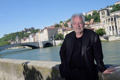 L'acteur, Pierre Arditi sur les quais de Soane.