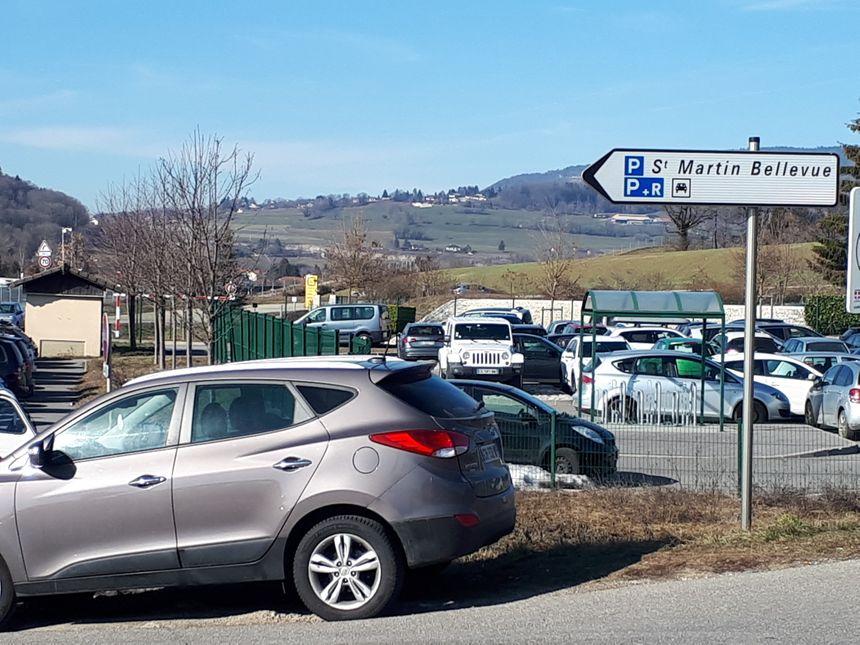 Au niveau de l'échangeur autoroutier de Saint-Martin Bellevue, le parking-relais est pris d'assaut, et saturé tous les matins