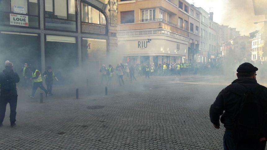Premiers tirs de gaz lacrymogènes.