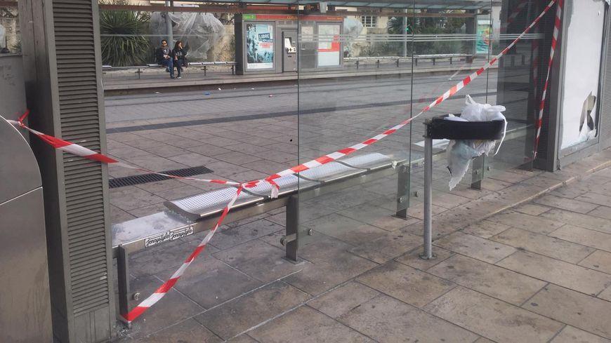 Une vitre de l'arrêt de tram Corum a été détruite.