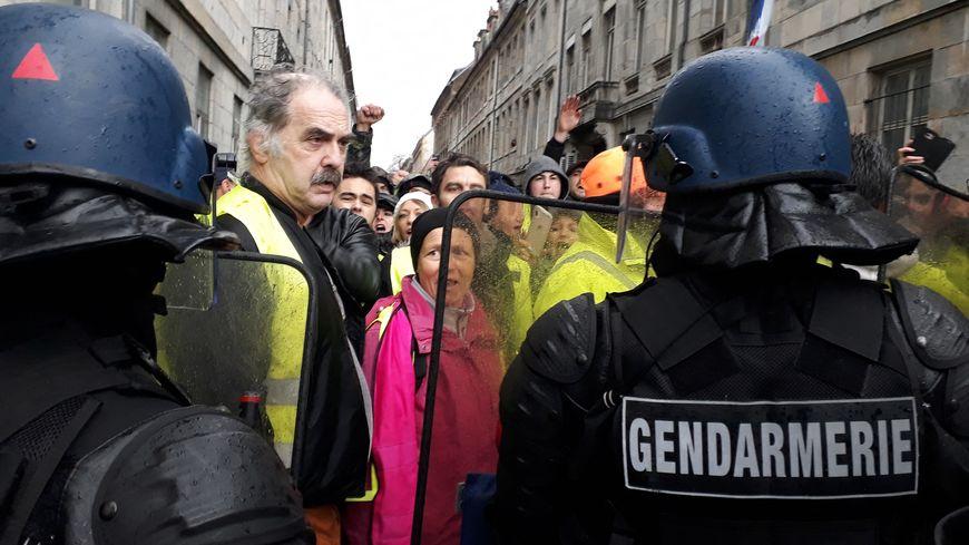 L'avocat d'un gilet jaune de Besançon vient de porter plainte pour violence par arme contre X, ce vendredi