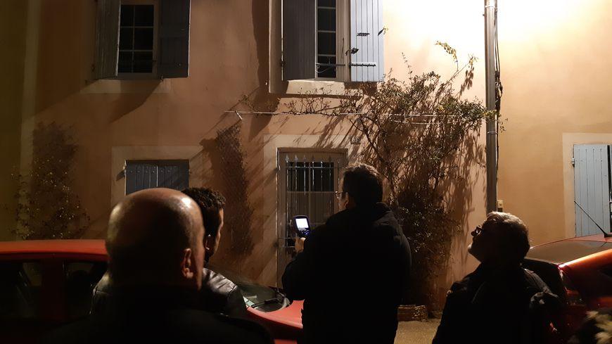 Analyse de la façade d'une des maisons du centre de Jonquières avec la caméra thermique lors de cette balade