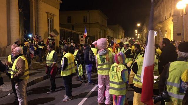 Partis des arènes, les gilets jaunes ont fait un arrêt devant la préfecture des Landes.
