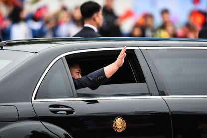 Le leader nord-coréen Kim Jong-un salue la foule dans sa limousine après son arrivée à Hanoi par train, mardi 26 février 2019, à la veille de sa rencontre avec Donald Trump.