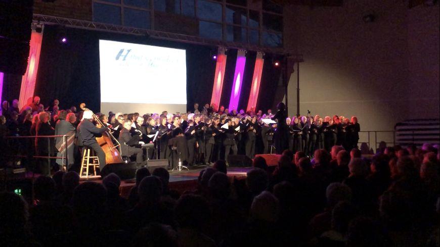 Sur scène, les choristes ont accompagné les poèmes et les témoignages de l'exil