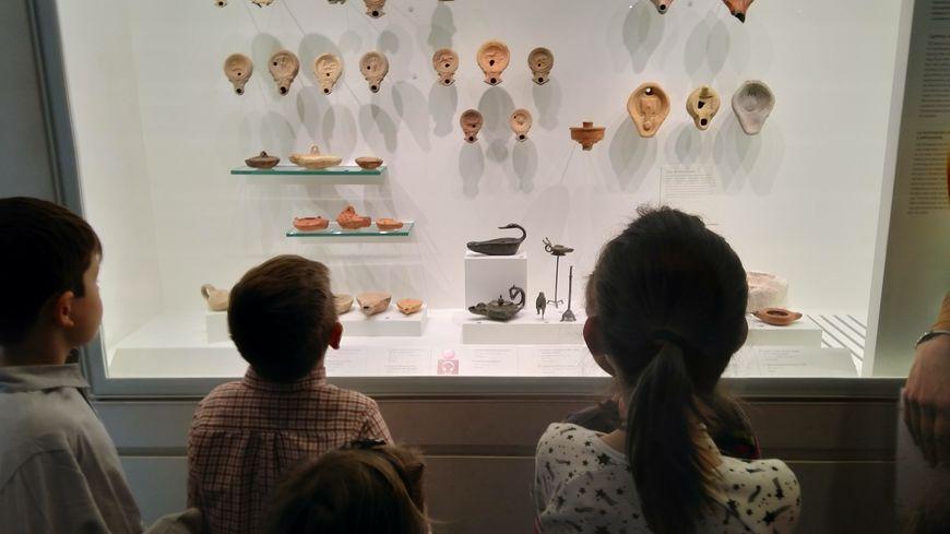 Les 6-10 ans à la découverte des lampes à huile au musée de la Romanité.