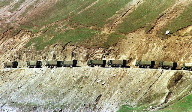 Un convoi de l'armée indienne sur la route reliant Srinagar à Kargil, à quelque 3 000 mètres d'altitude En 1999, l'Inde et le Pakistan se sont battus sur les sommets du Cachemire suite à une provocation de militants soutenus par Islamabad.
