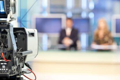 """Comment les JT de TF1 et France 2 traitent de la """"loi alimentation"""" de façon totalement opposée ?"""
