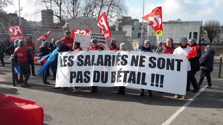 En tête du cortège de la manifestation des salariés d'Elivia-Eloyes à Epinal