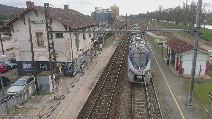 Un train express régional en gare de Grisolles (Tarn-et-Garonne)