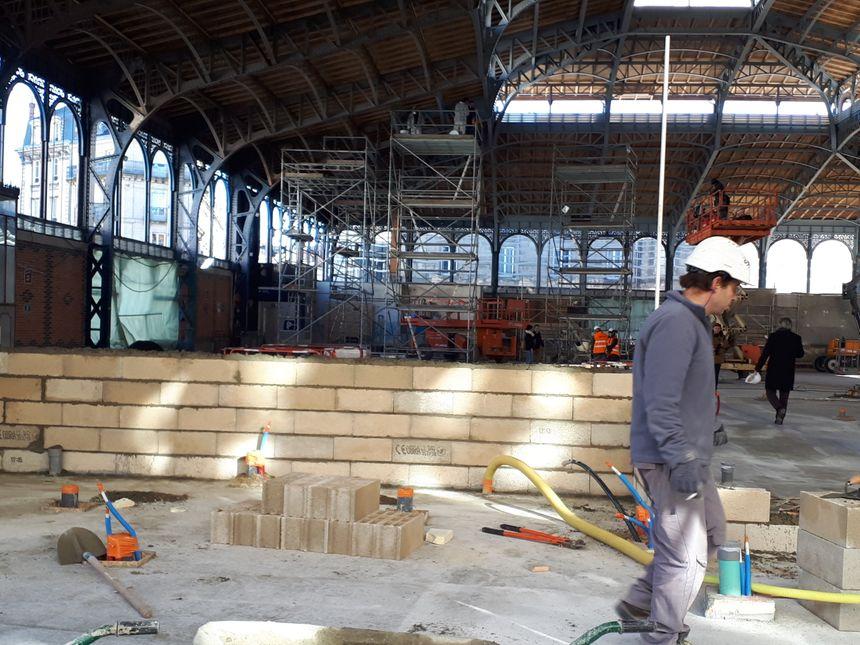 Les ouvriers s'activent dans les halles centrales de Limoges, le chantier devrait s'achever l'été prochain. - Radio France
