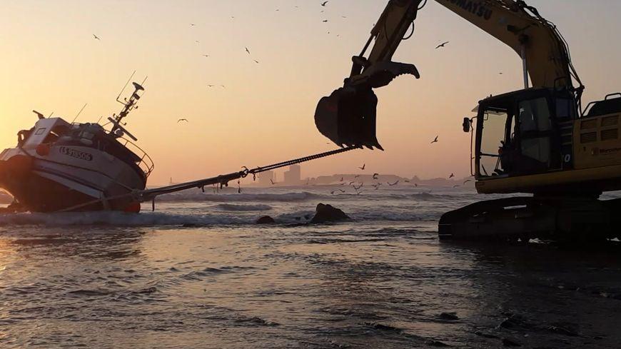 Plusieurs engins de chantier ont été sollicités pour tirer le navire à marée montante.