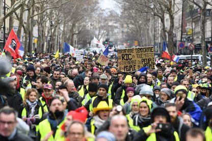 Emmanuel Macron envisage un référendum après le grand débat national pour sortir de la crise des gilets jaunes.