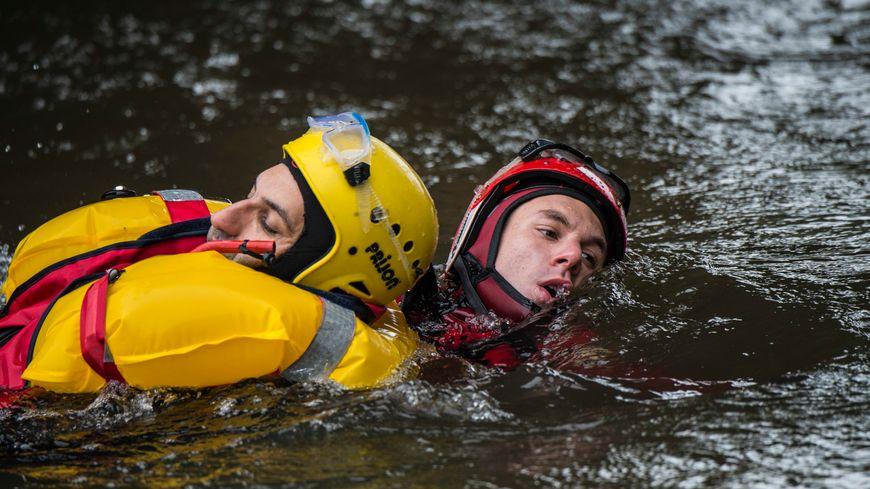 Pompiers plongeurs à l'entrainement. Photo d'illustration