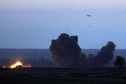 Un avion de la coalition bombarde les positions du groupe Etat islamique à Baghouz en Syrie, dernier fief des djiahdistes, le 19 février 2019.