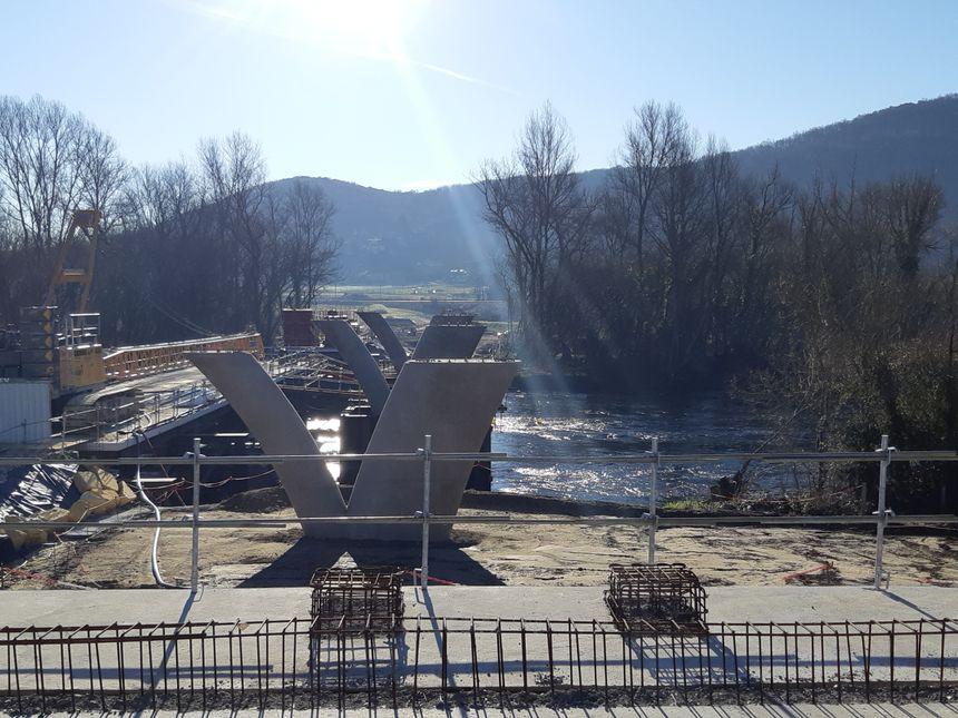 Selon les opposants, retirer les piles du pont pour remettre en état coûterait moins cher, autour de 410 mille euros