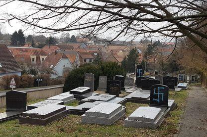 Plusieurs dizaines de stèles du cimetière juif de Quatzenheim dans le Bas-Rhin près de Strasbourg en Alsace ont été profanées dans la nuit de lundi à mardi. 19 février 2019.