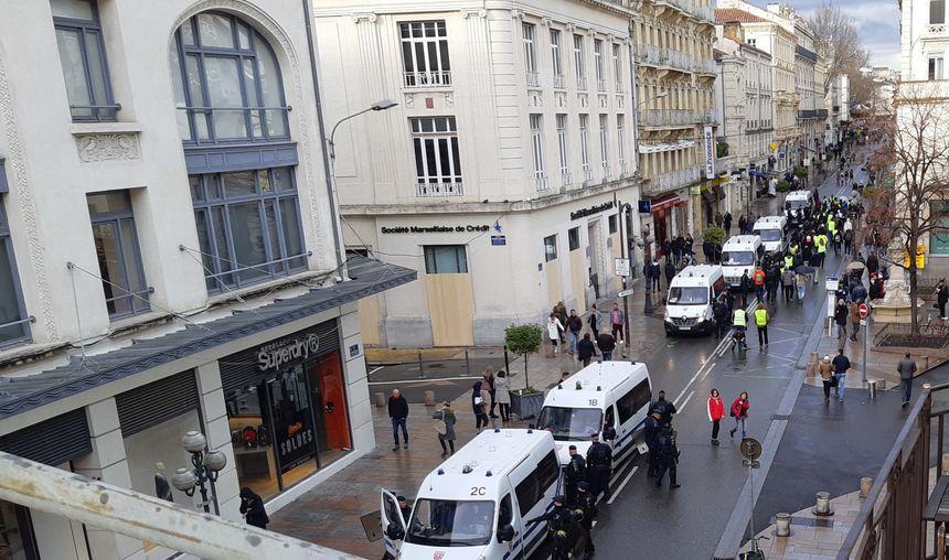 Le petit défilé de gilets jaunes de retour de l'hôtel de police avant sa dispersion