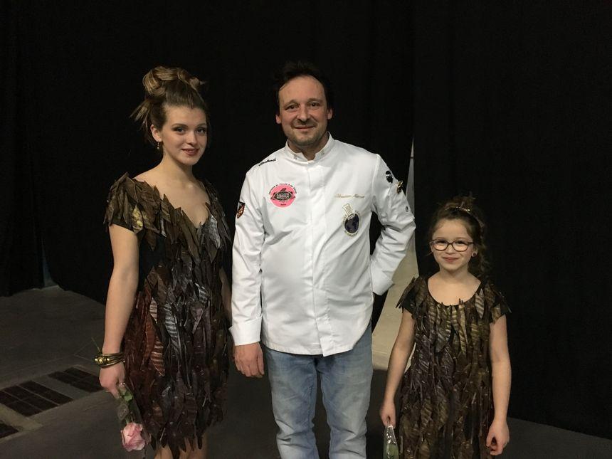 Le chocolatier Sébastien Métoyer a confectionné deux robes tout en chocolat pour Laurine et sa petite soeur Noéline, qui ont défilé sur le podium d'Auxerrexpo.