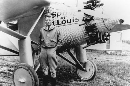 Portrait de l'aviateur Charles Lindbergh avec son avion Spirit of St. Louis, le 31 mai 1927.