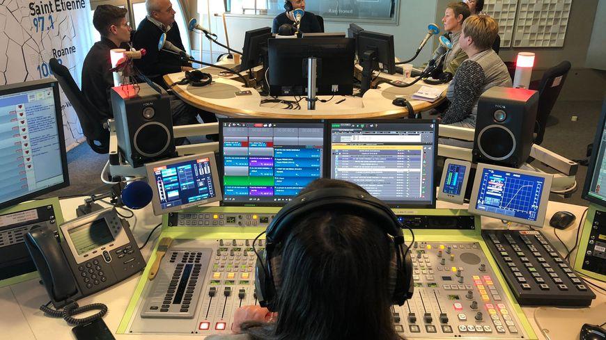 Des auditeurs en visite dans les studios de France Bleu Saint-Étienne Loire