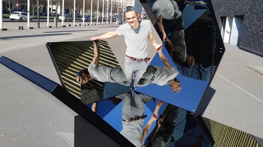 """Le Lillois Quentin Carnaille a été choisi par Art Up. Sa sculpture """"Equilibre 2"""" accueille les visiteurs à l'entrée de la foire d'art contemporain."""