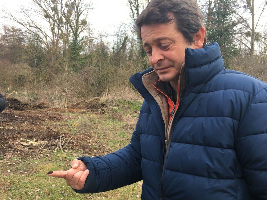 """Vincent Pellerin, le """"Monsieur Arbres"""" de la ville de Poitiers avec de la suie de l'érable sur le doigt"""