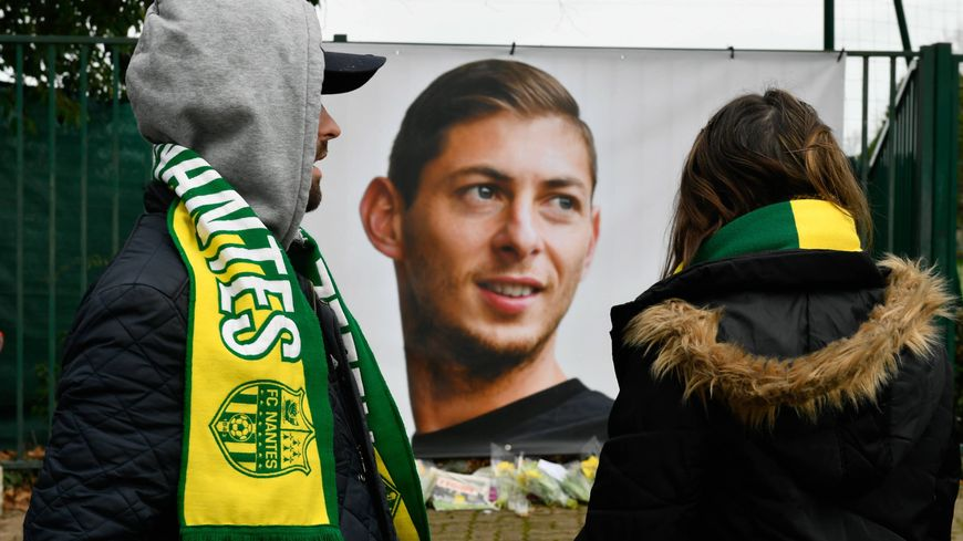Des supporters rendent hommage à Emiliano Sala.