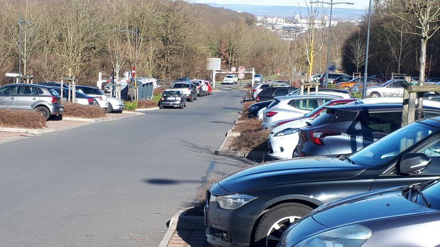 Les 150 places du parking de l'étoile à Florange sont souvent toutes occupées.
