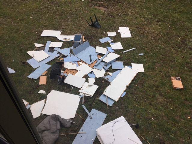 Les meubles des chambres que l'on démonte sont jetés par les fenêtres, avant d'être mis dans des bennes à ordure.